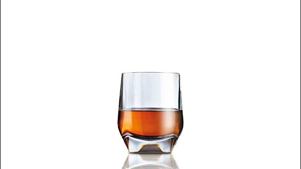 Forma ideal de servir John Walker & Sons XR 21 en un vaso de whisky
