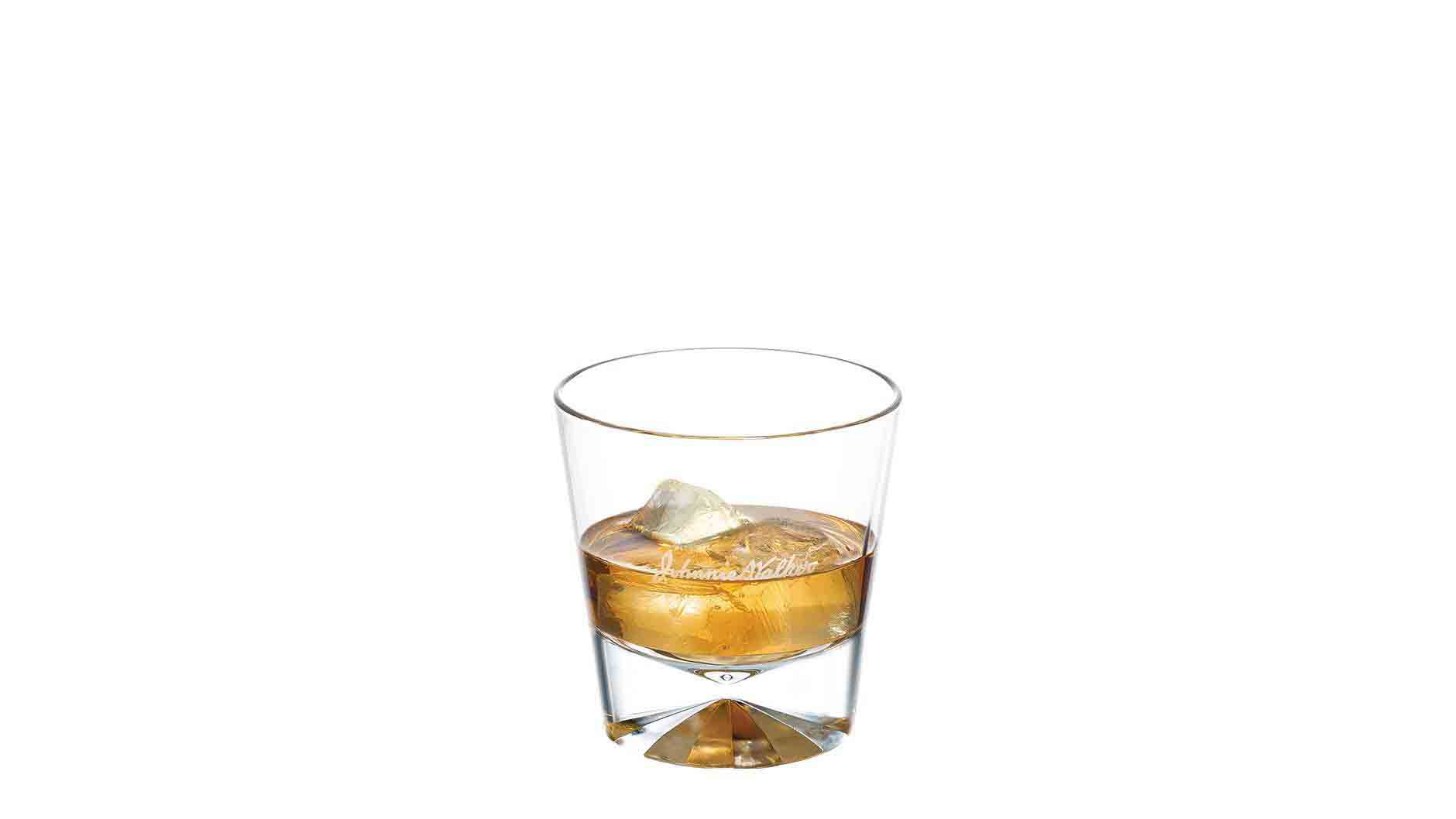 Johnnie Walker Black Label on the Rocks dans un verre à whisky