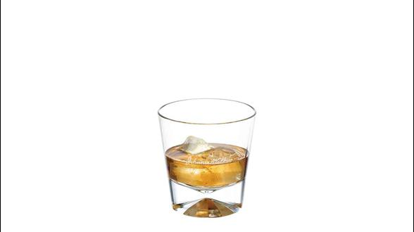 Johnnie Walker Black Label on the Rocks servido en un vaso de whisky