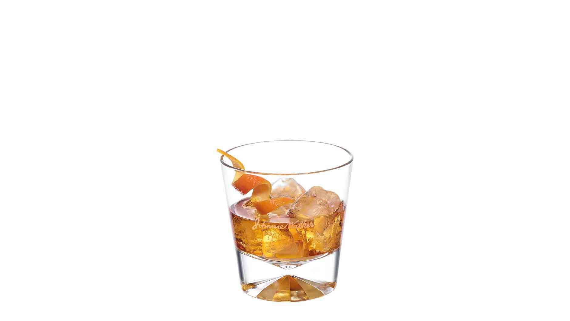 Cóctel Johnnie Walker Black Old Fashioned en un vaso de whisky