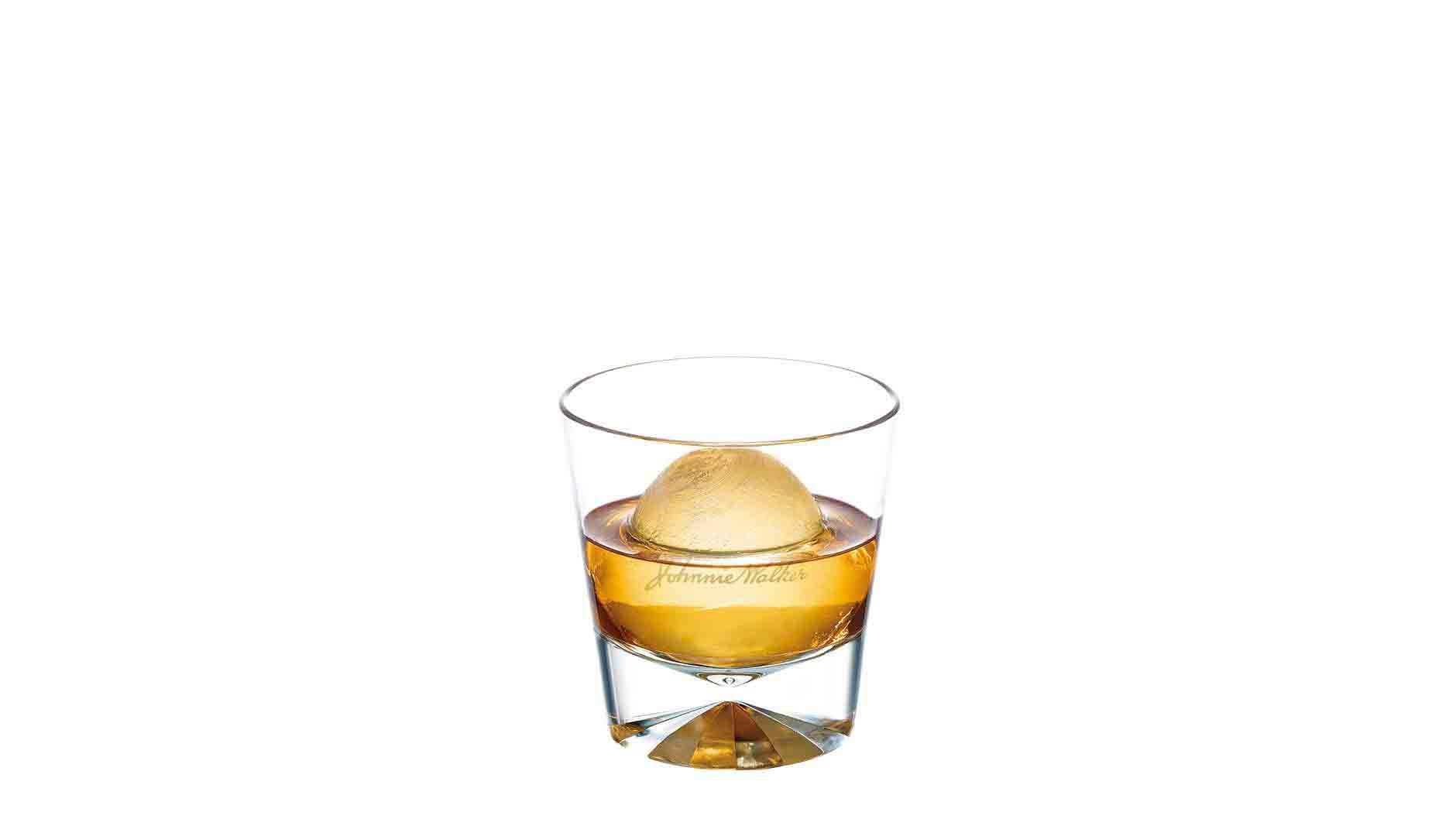 Johnnie Walker Double Black con una bola de hielo en un vaso de whisky