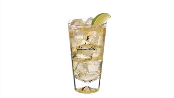 Cóctel de Johnnie Walker Double Black con soda en un vaso alto