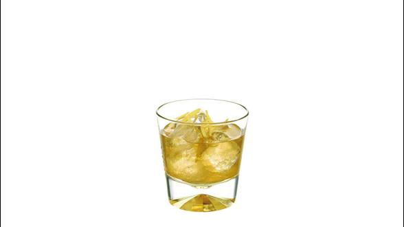 Cóctel Johnnie Walker Platinum Label Jade Dew en un vaso de whisky