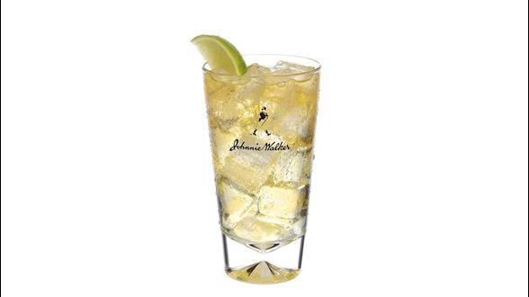 Cóctel Johnnie Walker Red con soda en un vaso alto
