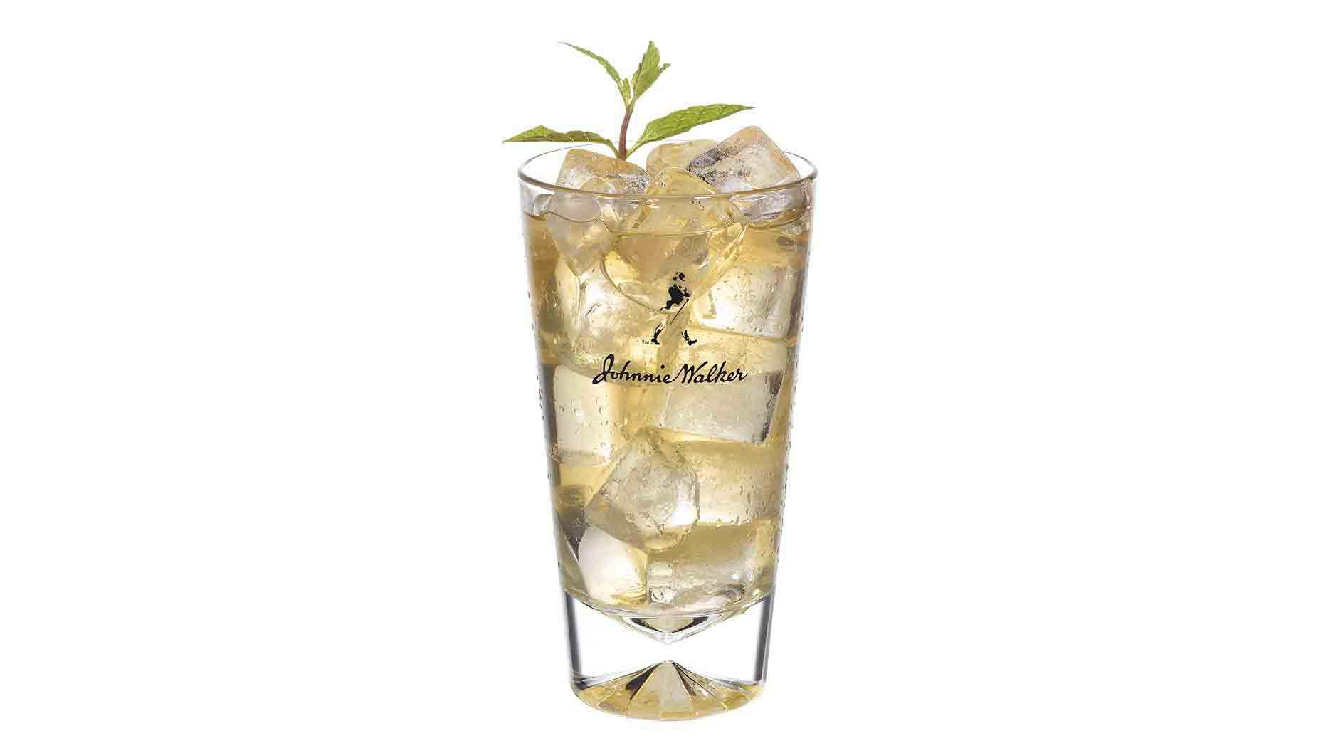 Koktejl Johnnie Walker Red & Coconut Water ve vysoké sklenici