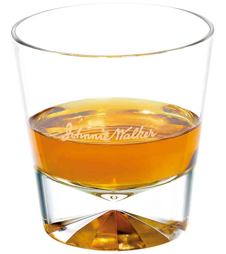 Forma ideal de servir Johnnie Walker Explorers' Club Collection - The Adventurer en un vaso de whisky