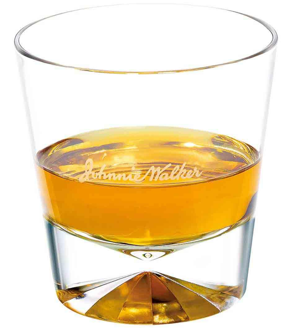 Forma ideal de servir Johnnie Walker Explorers' Club Collection - The Gold Route en un vaso de whisky