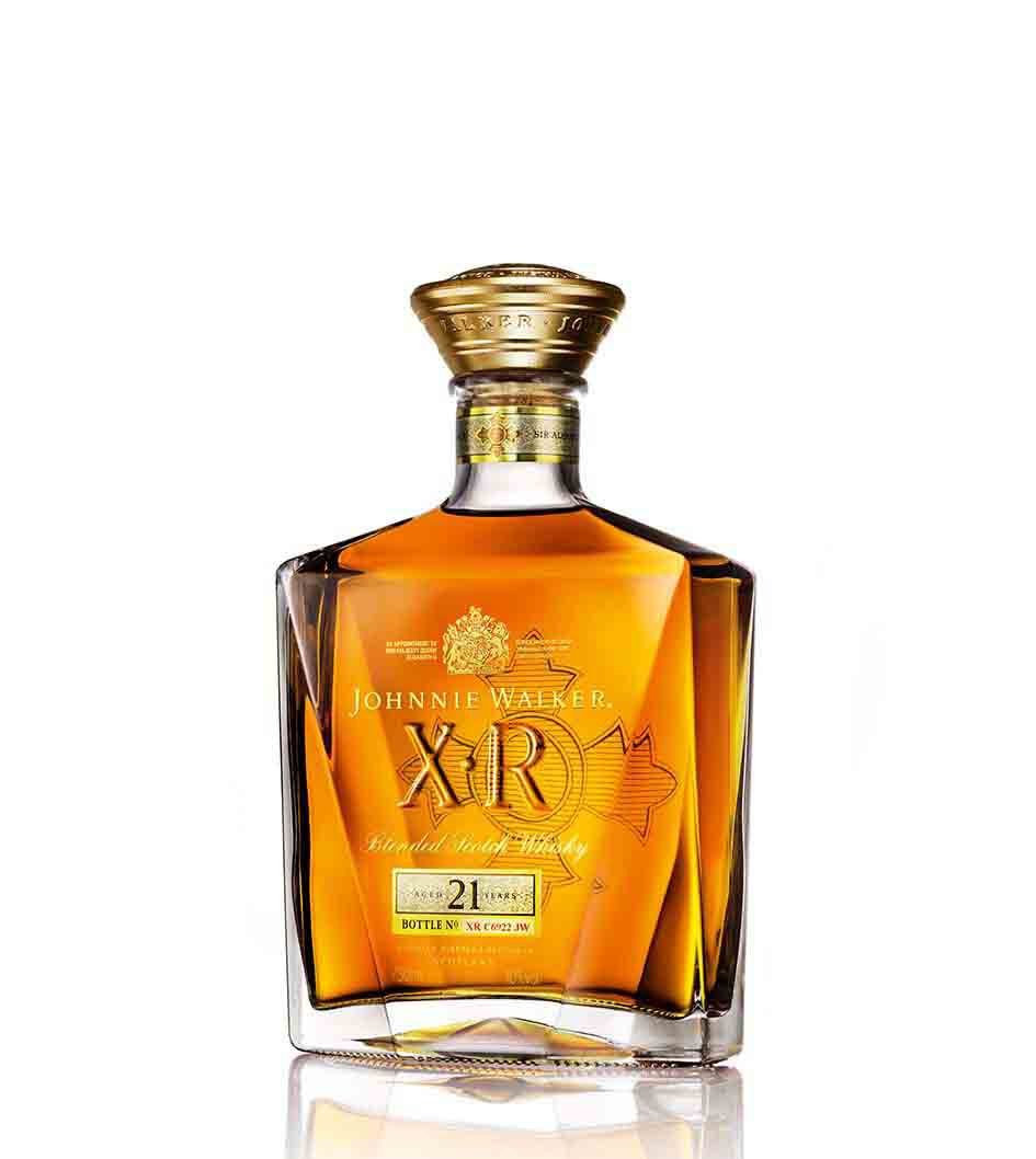 Botella de whisky John Walker & Sons XR 21 desde un ángulo